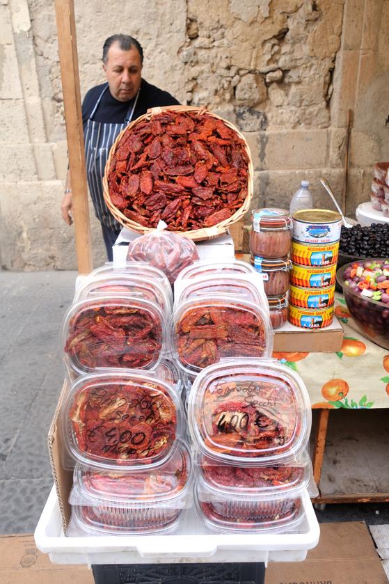 Le marché de Syracuse, vente de tomates sechées