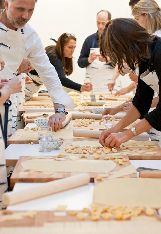 Les participants à l'atelier tortellini au travail
