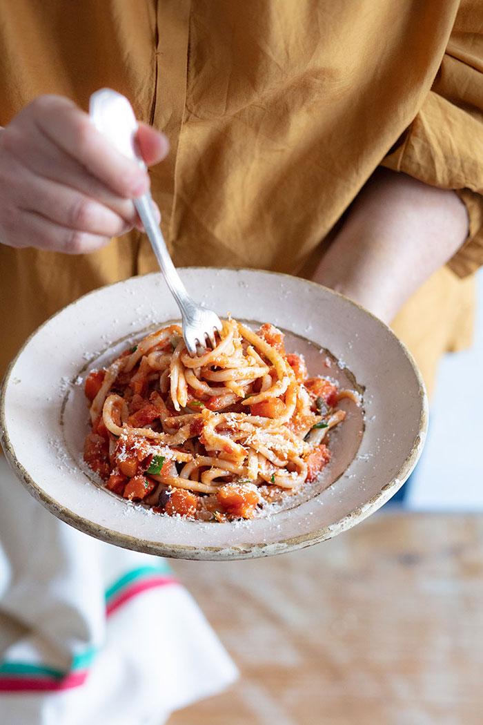 Pici sauce tomate et légumes, recette de Laura Zavan
